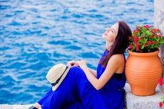 蓝色礼服的女孩在九头蛇海岛城市 库存图片