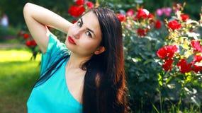 蓝色礼服的女孩在庭院里 免版税库存照片