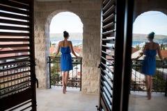 蓝色礼服的女孩在门道入口站立 免版税库存图片