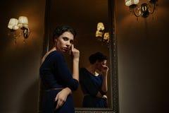 蓝色礼服的女性 免版税库存照片