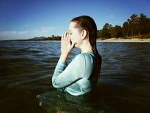 蓝色礼服的妇女在水中 免版税库存照片