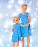 蓝色礼服的姐妹 库存照片