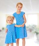 蓝色礼服的姐妹 库存图片