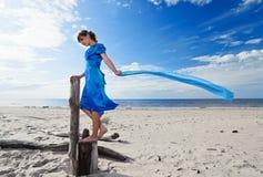 蓝色礼服的少妇 免版税库存图片