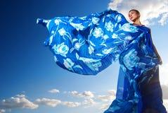 蓝色礼服的秀丽妇女在沙漠 免版税库存图片