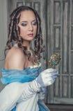 蓝色礼服的美丽的中世纪妇女有镜子的 免版税图库摄影