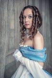 蓝色礼服的美丽的中世纪妇女 免版税库存图片