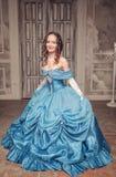 蓝色礼服的美丽的中世纪妇女 图库摄影