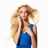 蓝色礼服的美丽的白肤金发的女孩 库存图片