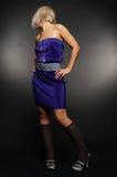 蓝色礼服面对她隐藏的妇女 免版税库存照片