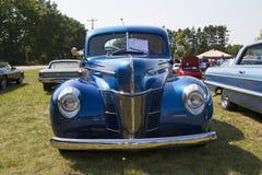 1940蓝色福特豪华汽车正面图 免版税库存图片