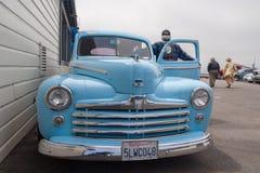蓝色福特超级豪华在旧金山码头 免版税库存照片