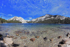 蓝色空心湖山 库存图片