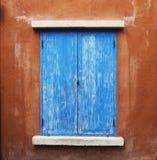 蓝色窗口和棕色墙壁 免版税库存图片