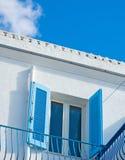 蓝色窗口在五颜六色的天空下 免版税库存图片