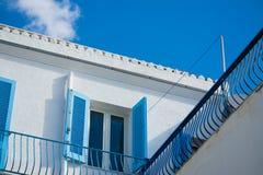 蓝色窗口在五颜六色的天空下 免版税库存照片