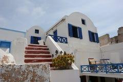 蓝色窗口在圣托里尼海岛上的房子里 免版税图库摄影
