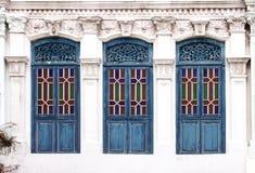 蓝色窗口殖民地居民样式 免版税库存照片