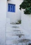 蓝色窗口盖子和老白色石步 免版税库存照片