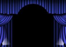蓝色窗帘阶段 库存照片