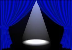 蓝色窗帘ligh可实现的地点阶段 免版税库存图片