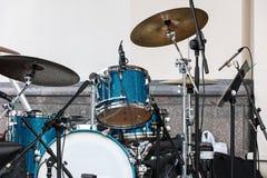 蓝色站立在露天舞台的鼓被设置的和板材对墙壁 图库摄影