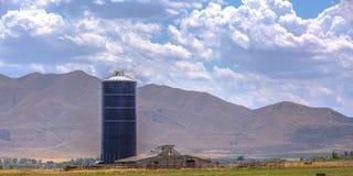 蓝色筒仓和谷仓农厂俯视的山的 图库摄影