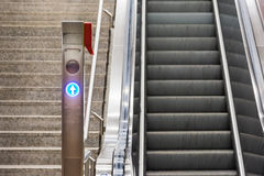 蓝色箭头自动扶梯台阶电车驻地金属Conveyo 图库摄影