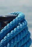 蓝色系船柱绳索 免版税库存照片