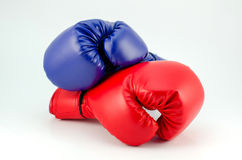 蓝色红色在白色隔绝的拳击手套 免版税库存照片