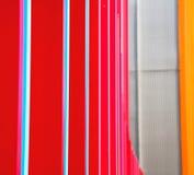 蓝色红色在englan伦敦栏杆钢和backg的摘要金属 免版税库存图片