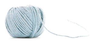 蓝色纤维丝球,在白色背景隔绝的缝合的毛线卷 免版税库存图片