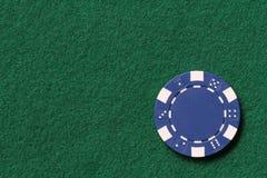 蓝色纸牌筹码 免版税图库摄影