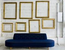 蓝色织品框架金长的照片沙发 免版税图库摄影