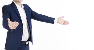 蓝色经典衣服的一个人邀请某人用被张开的手 水平的横幅,没有面孔,白色背景 库存照片