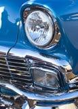 蓝色经典车灯和格栅 免版税库存图片