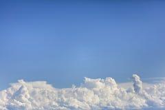蓝色结算覆盖天空 免版税图库摄影