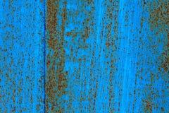 蓝色绘了与铁锈条纹的金属背景创造性、纹理和背景的 库存图片
