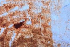 蓝色绘了与铁锈条纹的金属背景创造性、纹理和背景的 免版税库存照片
