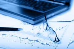 蓝色绘制dof浅股票w图表 免版税库存图片
