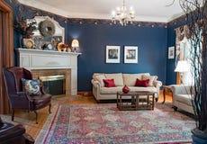蓝色维多利亚女王时代的客厅 免版税库存照片