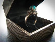 蓝色绿松石圆环妇女的圆环 用蓝色绿松石石头装饰的银色圆环特写镜头 免版税库存图片