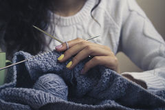 蓝色编织在女性递特写镜头 免版税库存照片