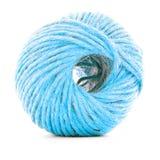 蓝色羊毛丝球,在白色背景隔绝的缝合的毛线卷 免版税库存图片