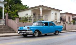 蓝色美国经典汽车在街道上驾驶的古巴在哈瓦那 库存图片