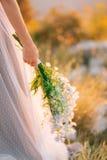 蓝色翠雀婚姻的新娘花束在增殖比的手上 免版税图库摄影