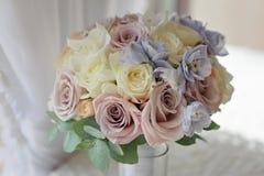 蓝色翠雀玫瑰新娘花束关闭 免版税库存照片