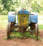 蓝色老拖拉机 免版税库存图片