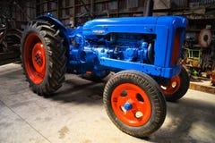 蓝色老拖拉机 免版税库存照片