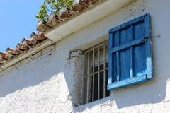蓝色老木窗口在国家农厂房子里 免版税图库摄影